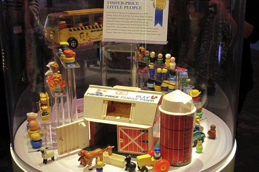 Los juguetes Little People han entretenido a varias generaciones de niños. (Foto Prensa Libre: AP)