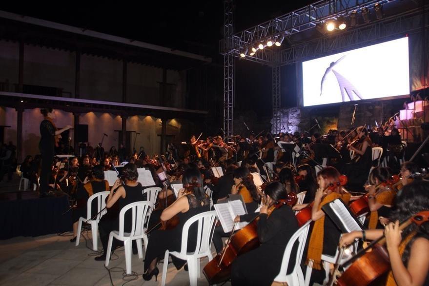 La Orquesta Sinfónica Juvenil Femenina Alaíde Foppa inauguró el Festival Internacional de Cine Ícaro 2015. (Foto Prensa Libre: Miguel López)