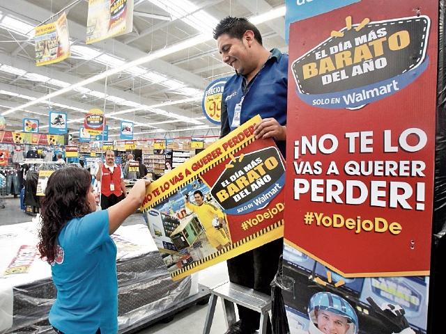 Walmart comienza hoy tres días de rebajas. Ayer afinaba detalles en sus tiendas.