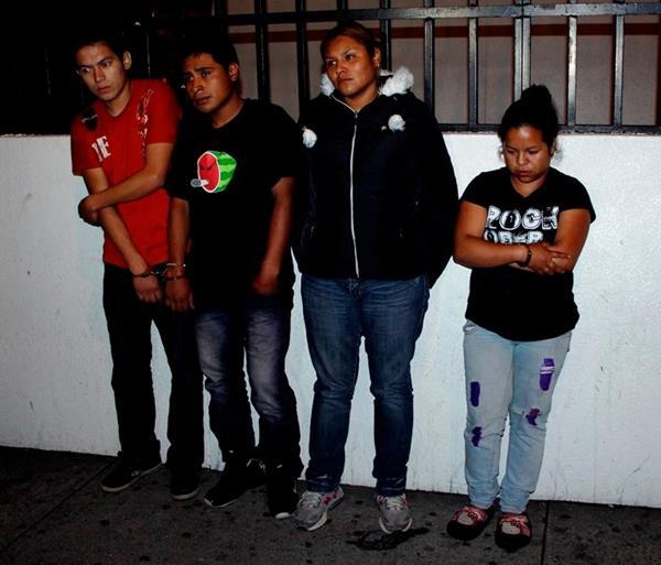 Los detenidos, entre ellos dos mujeres, recibían Q2 mil de un comerciante a cambio de no asesinarlo en San José Pinula. (Foto Prensa Libre: PNC)