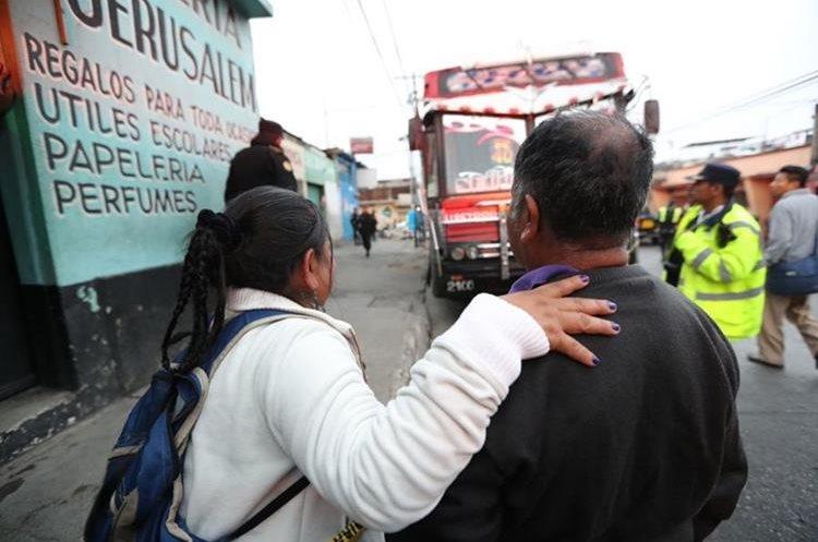 La madre observa el bus que manejaba su hijo en donde murió baleado este lunes. (Foto Prensa Libre: Érick Ávila)