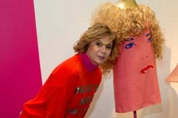 El diseñador de moda de España Agatha Ruiz de la Prada posa junto a sus creaciones antes de la apertura de su exposición en el Centro Cultural Español en la Ciudad de México