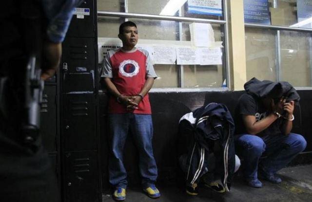 Los expolicías fueron aprehendidos el 12 de agosto de 2015 en la subestación de la zona 18. (Foto Prensa Libre: Hemeroteca PL)