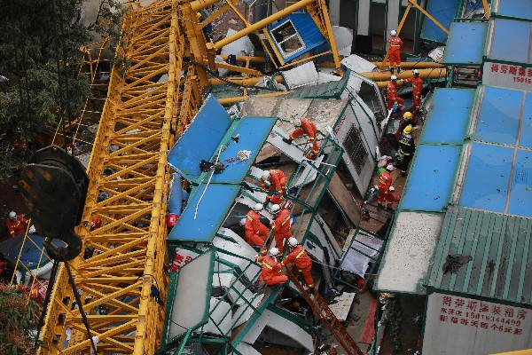 Equipos de rescate trabajan en el lugar del accidente. (AFP).