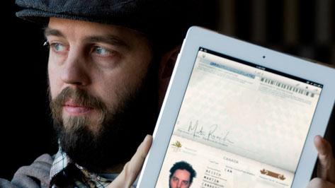 Martín Reisch levanta su iPad para mostrar su pasaporte en Montreal, con el que se le permitió la entrada a Estados Unidos. (Foto Prensa Libre: AP)