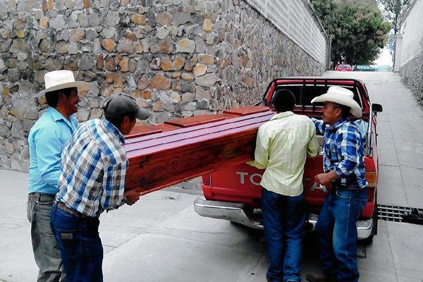 Familiares de  una de las víctimas de la violencia, en Jalapa, retiran el cuerpo de la morgue de esa localidad. (Foto Prensa Libre: Hugo Oliva)