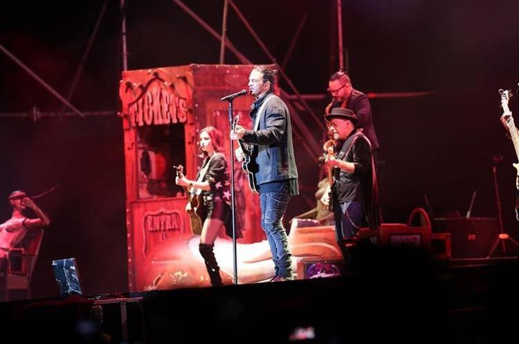 Varios músicos acompañan al guatemalteco Ricardo Arjona durante la interpretación
