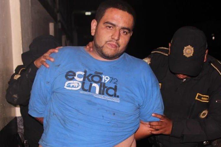 José Manuel Fonseca Juárez es trasladado por agentes de la PNC a un juzgado en Escuintla. (Foto Prensa Libre: PNC)