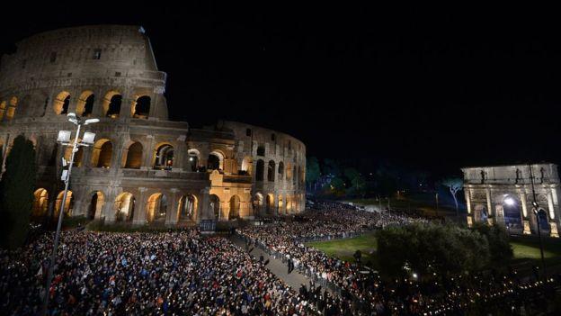 El Vía crucis de Jesús fue recreado en las calles de Roma en esta Semana Santa. (Foto Prensa Libre: AFP)