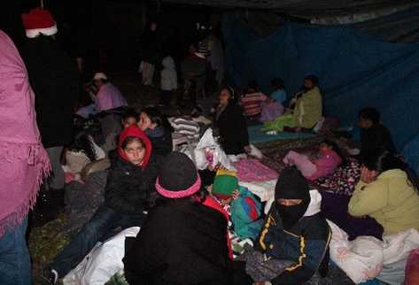 más de 170 familias pernoctan en un albergue ubicado en un sitio baldío de la colonia Justo Rufino Barrios, San Marcos. Sus casas quedaron inhabitables.