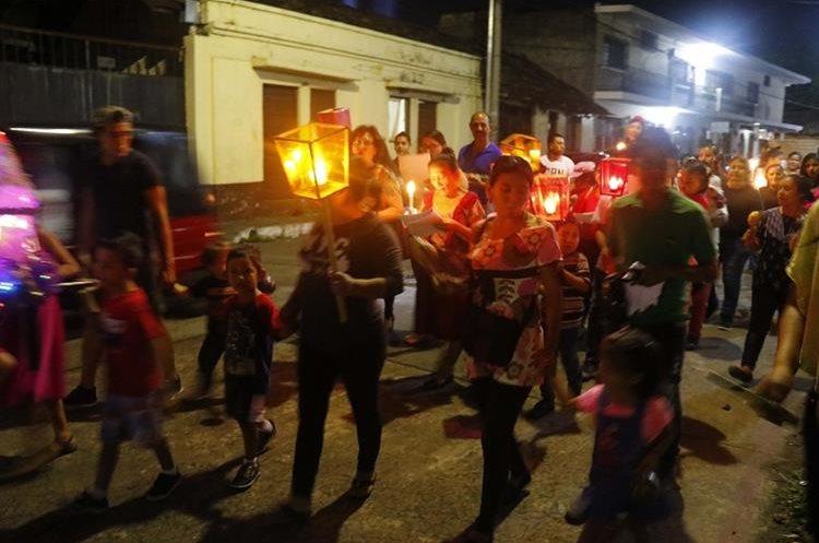 Los faroles le dan colorido a las posadas que recorren calles de Retalhuleu. (Foto Prensa Libre: Rolando Miranda)