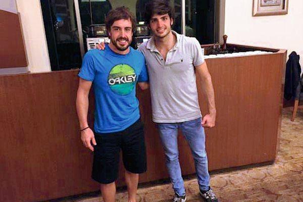 Fernando Alonso compartió con su compatriota el también piloto, Carlos Sainz. (Foto Prensa Libre: Twitter)