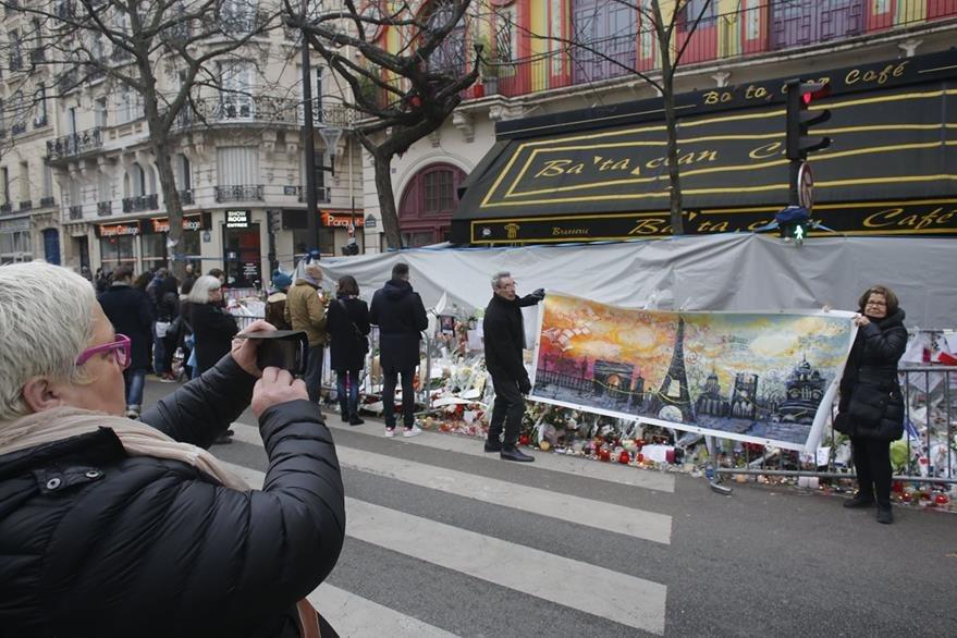 Parisinos dejan ofrendas y recuerdos frente al emblemático Bataclán, golpeado por la matanza. (Foto Prensa Libre: AFP).