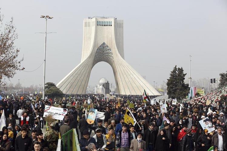 Miles de iraníes conmemoran el 38 aniversario de la revolución islámica. (Foto Prensa Libre:AFP).
