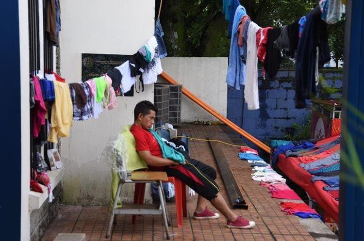 Hombres en edad productiva se encuentran en los albergues sin certeza de cómo podrán llevar el sustento a sus hogares. (Foto Prensa Libre: AFP)