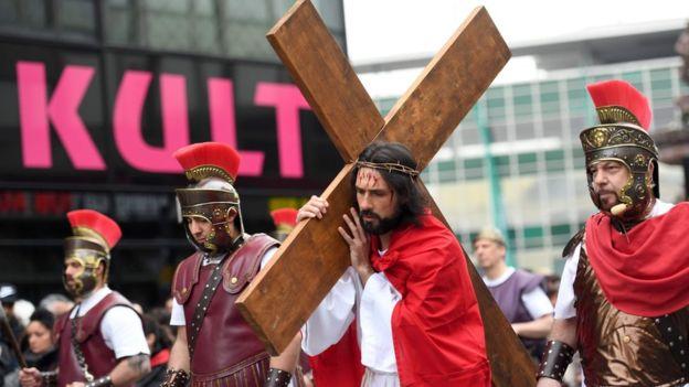 """""""Cargar una cruz"""" ahora es una frase que puede referirse a muchas cosas. (Foto Prensa Libre: AFP)"""