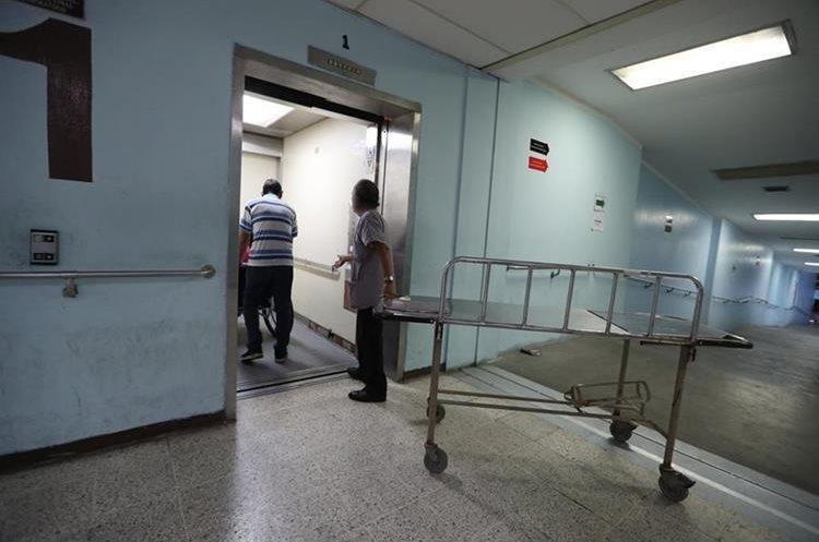 De los seis elevadores que están para el servicio al público sólo trabaja uno y es usado también como montacargas.