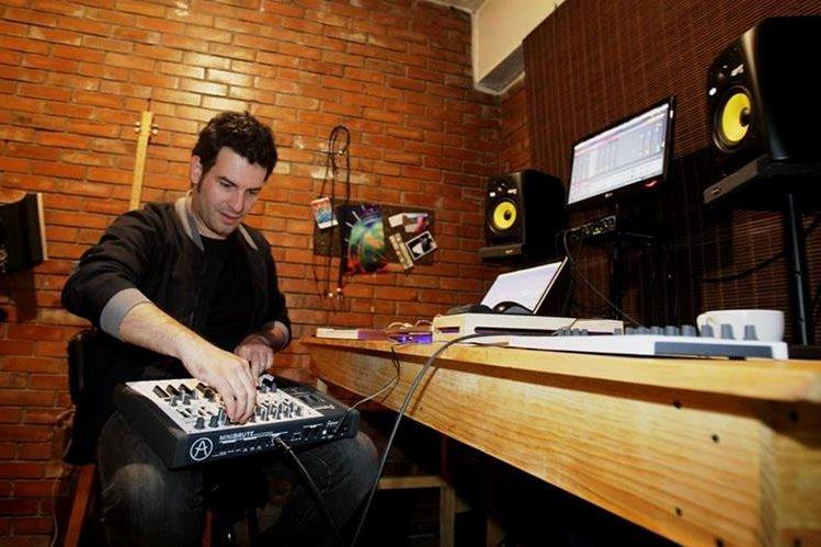 Juancarlos Barrios fusiona con varios ritmos contemporáneos. (Foto Prensa Libre: Keneth Cruz)