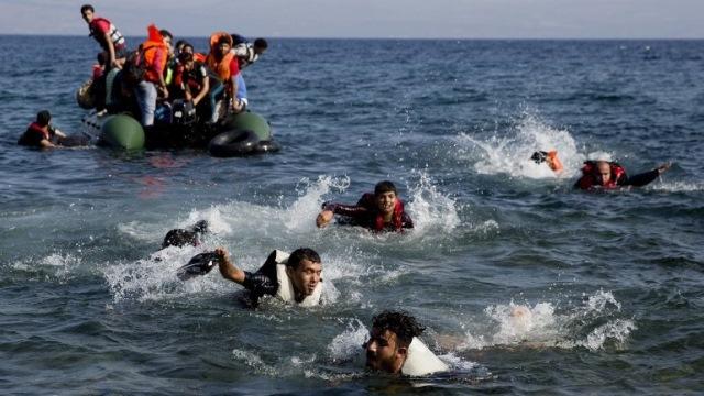 Migrantes mueren al naufragar embarcaciones. (Foto Prensa Libre: AFP)