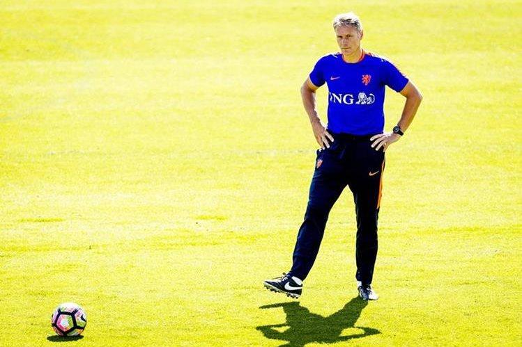 El holandés Marco Van Basten era asistente técnico de la selección de su país. (Foto Prensa Libre: AFP)