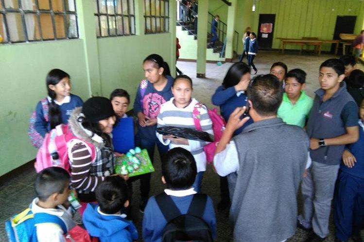 Los padres de los estudiantes llegaron al centro educativo a recoger a sus hijos, la Policía confirmó que todo fue una falsa alarma. (Foto Prensa Libre: Estuardo Paredes)