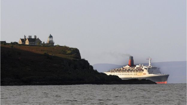 En esta instantánea, atraviesa el fiordo de Clyde, pasando el faro de Cumbrae por última vez en 2008. PAUL BARKER