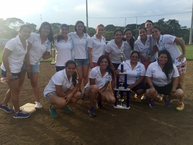Las nacionales posan con el trofeo del tercer lugar. (Foto Prensa Libre: Rodrigo Navarro/Asosoft)