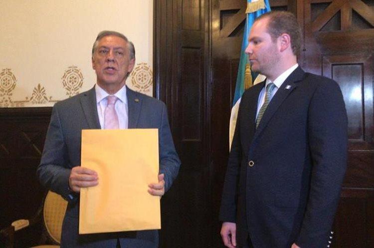 Diputado presidente de la pesquisidora, Luis Fernando Montenegro, entrega el informe al presidente del Congreso Álvaro Arzú Escobar. (Foto Prensa Libre: Óscar Rivas)