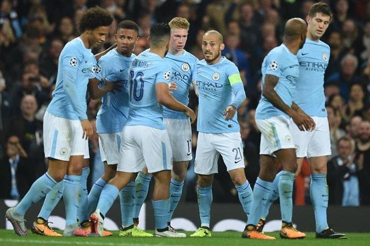 Kevin De Bruyne festeja con sus compañeros luego de anotar el primer gol del City. (Foto Prensa Libre: AFP)