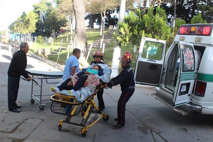 Socorristas ingresan a una de las víctimas del accidente al Hospital Nacional de Sololá. (Foto Prensa Libre: Édgar René Sáenz)