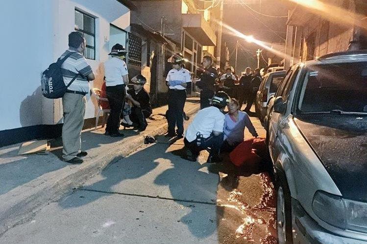 Socorristas atienden la emergencia ocurrida en la 29 avenida y 28 calle de la colonia 4 de febrero, zona 7, donde tres personas murieron y tres menores fueron heridos. (Foto Prensa Libre: Cortesía @BVoluntariosGT)