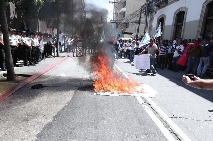 Los manifestantes quemaron pancartas con logos de partidos políticos.