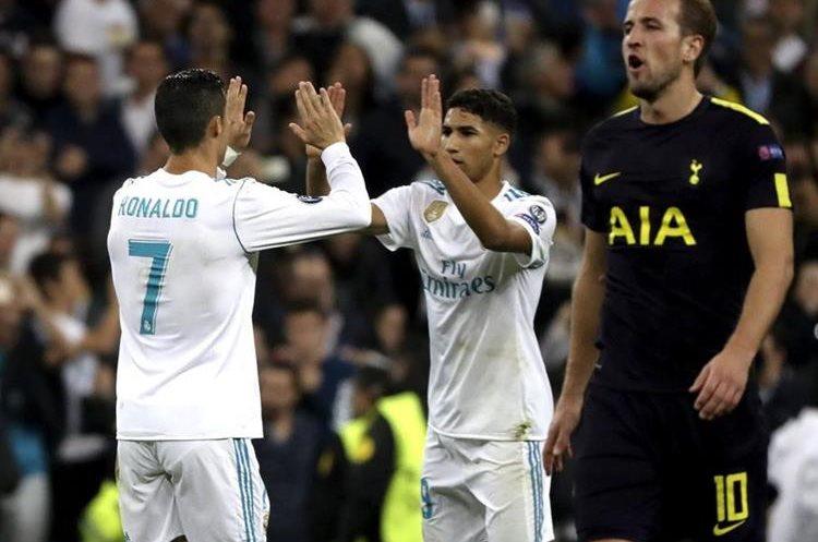 Ronaldo recibe la felicitación de Achraf.