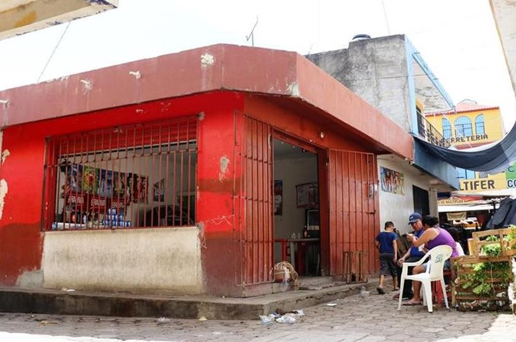 Detrás de esta área de ventas de la terminal de Chiquimula se hallan los negocios a los que se prohibió la venta de licor. (Foto Prensa Libre: Mario Morales).