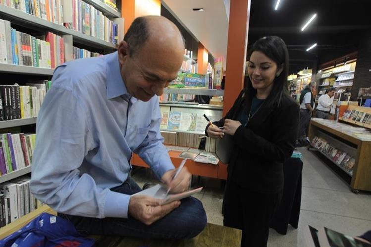El escritor David Unger tuvo un encuentro literario con sus lectores. (Foto Prensa Libre: Ángel Elías)