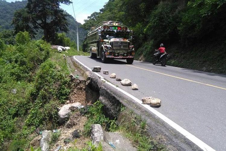 Un socavamiento podría colapsar la ruta entre Panajachel y Sololá. (Foto Prensa Libre: Ángel Julajuj)