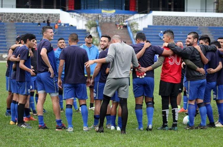 Los jugadores de Cobán imperial escuchan atentamente las instrucciones en el entrenamiento de ayer. (Foto Prensa Libre: Eduardo Sam)