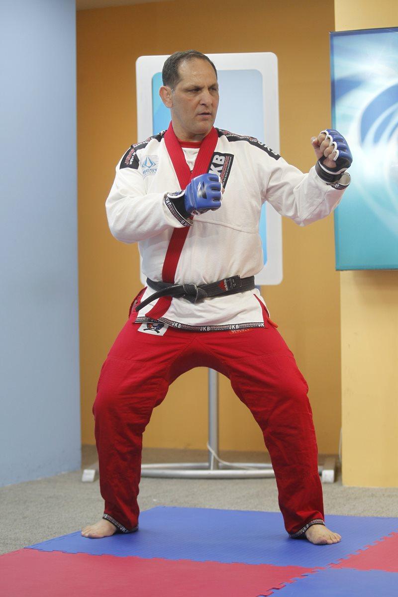 La posición de combate correcta es con las piernas abiertas y flexionadas, y con los brazos a la  altura del pecho.