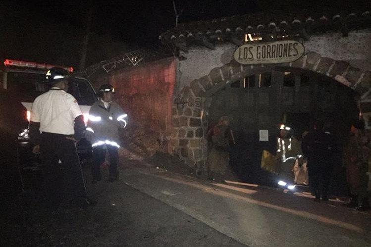 Bomberos Voluntarios en el centro de detención de menores luego de los disturbios. (Foto Prensa Libre: CVB)