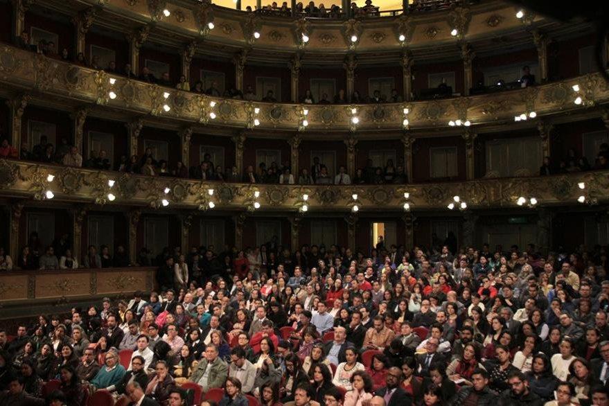 El sencillo acto se efectuó en el Teatro Colón en Bogotá, Colombia. (Foto Prensa Libre: EFE).