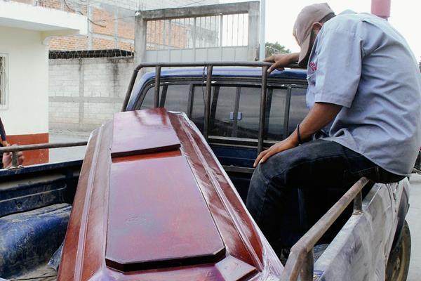 Féretro  con  los restos de Carlos Hernández, quien murió   baleado  por desconocido. (Foto Prensa Libre: Hugo Oliva)