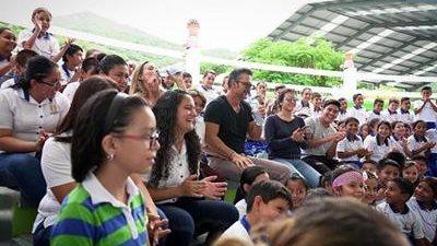 Ricardo Arjona, en la escuela Nohemí Morales de Arjona, en una visita a los alumnos del centro educativo (Foto Prensa Libre: Facebook / Ricardo Arjona).