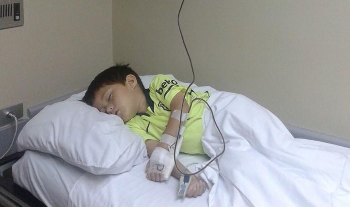 El pequeño Adrián Andrés González Solares, duerme mientras recibe una transfusión de sangre. (Foto Prensa Libre: Cortesía)
