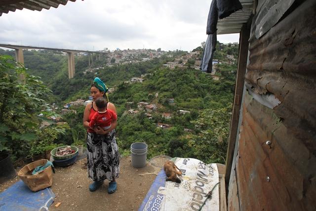 Familias de escasos recursos viven en laderas de barrancos en la zona 7 capitalina. (Foto Prensa Libre: Hemeroteca PL)
