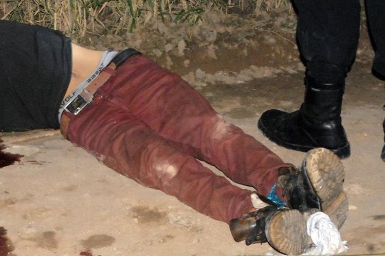Víctima mortal se halla tirado en el suelo en un sector de Sanarate, El Progeso. (Foto Prensa Libre: Hugo Oliva)