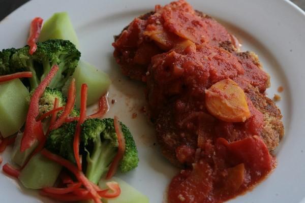 <p>Tortitas de carne de soya con su salsa y  guarnición atraen por los colores tradicionales de la época. (Foto Prensa Libre: Archivo)<br></p>