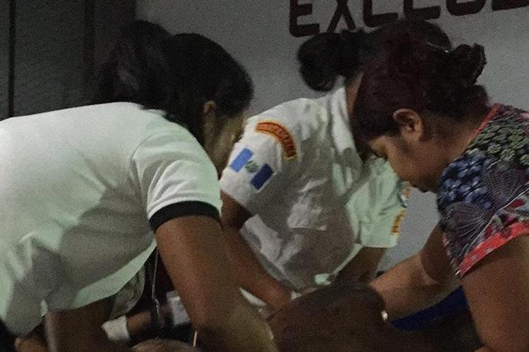Bomberos ayudan al hombre agredido a ingresar al Hospital de Jalapa. (Foto: Hugo Oliva)