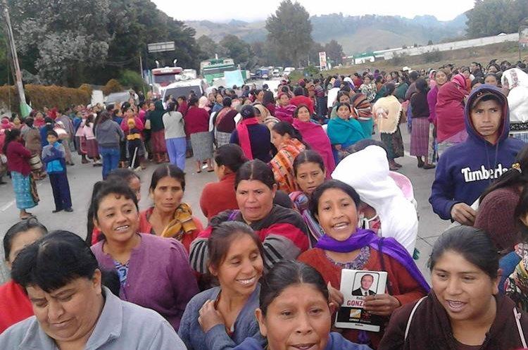 Paso de vehículos queda bloqueado en km 88 de ruta Interamericana, Chimaltenango.