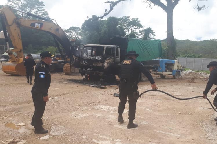 Agentes de la PNC inspeccionan el área donde fue quemada la maquinaria en Ixquisis. (Foto Prensa Libre).