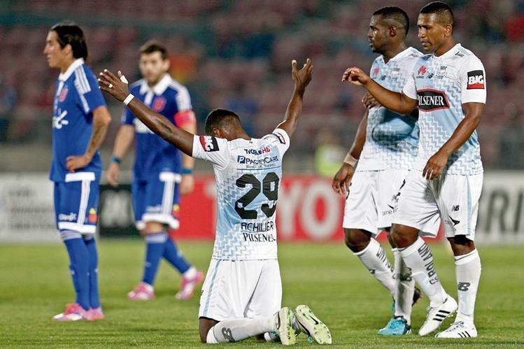Los jugadores de Emelec festejaron el triunfo en condición de visitante, en Chile. (Foto Prensa Libre: EFE).